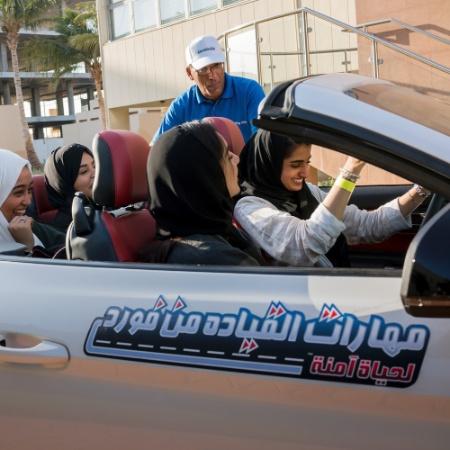 Estudantes sauditas fazem curso de segurança no trânsito na Universidade Effat, em Jidda, na Arábia Saudita - Tasneem Alsultan/The New York Times