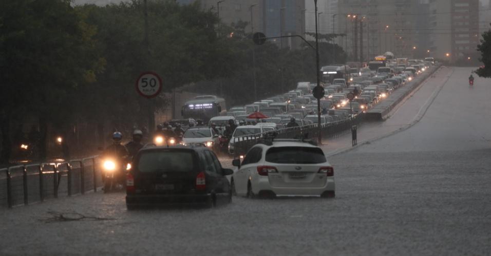 20.mar.2017 - Alagamentos intensificam trânsito próximo ao viaduto Antártica, sentido Marginal, na zona oeste de São Paulo, após forte temporal