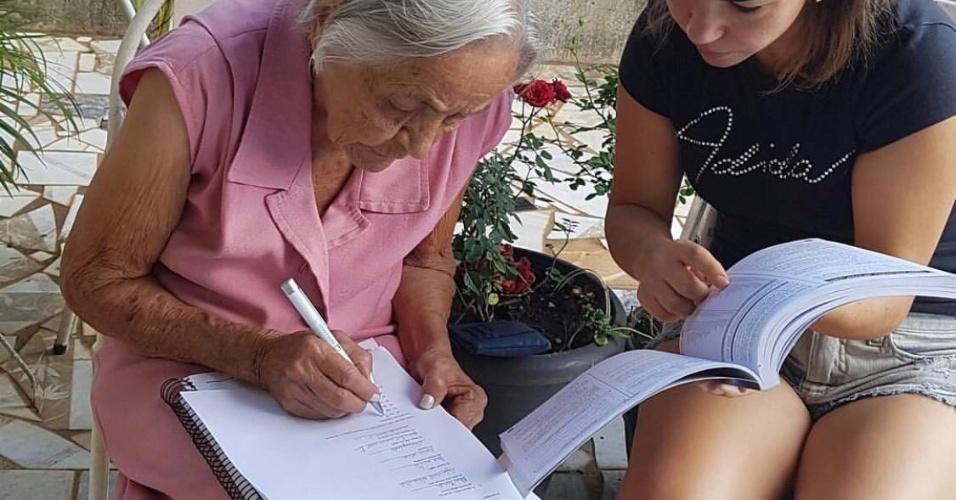 """Já com 89 anos, um dos netos --que sempre a via lendo-- perguntou se dona Maria queria voltar a estudar. """"Fiquei meio pensativa, mas ele foi e me matriculou. Logo depois fomos comprar os materiais escolares"""", diz. Segundo ela, nos dois anos em que fez o supletivo, faltou a apenas dois dias de aula. """"Isso só porque fiquei doente"""", explica"""