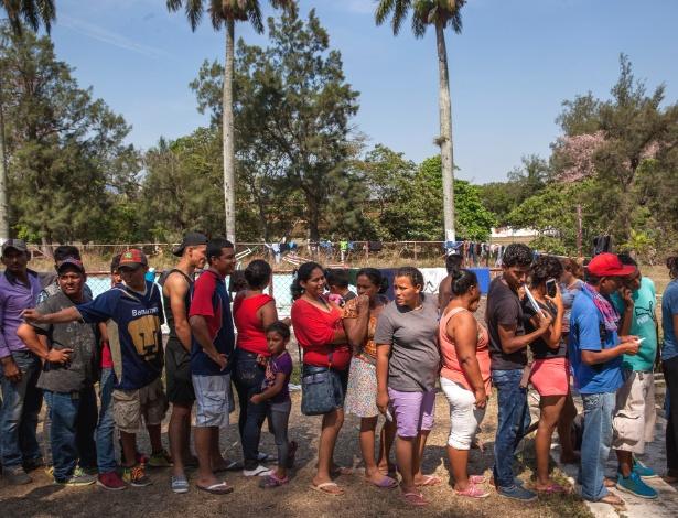 Membros da caravana fazem fila para falar com funcionários da imigração do México