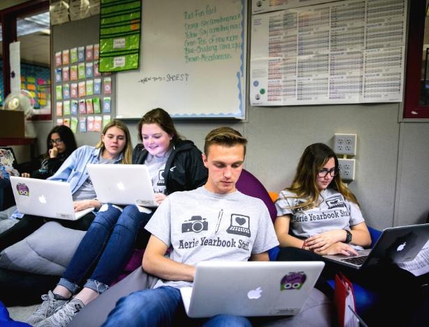 Estudantes trabalham no anuário da escola Marjory Stoneman Douglas