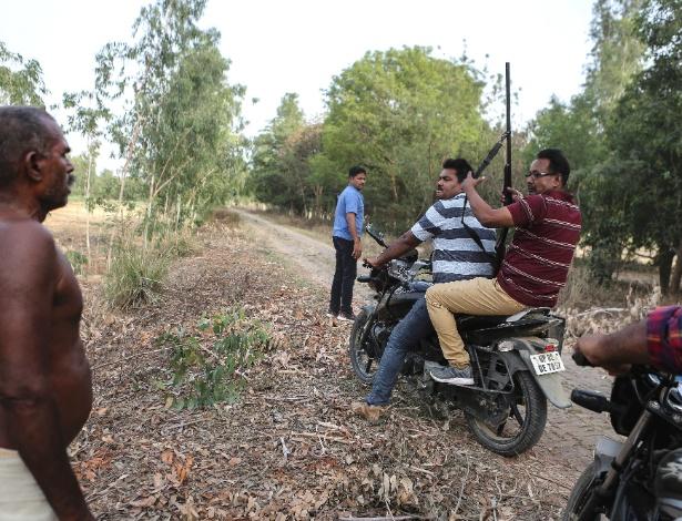 Policiais buscam cães que atacaram uma menina em Khairabad, na Índia
