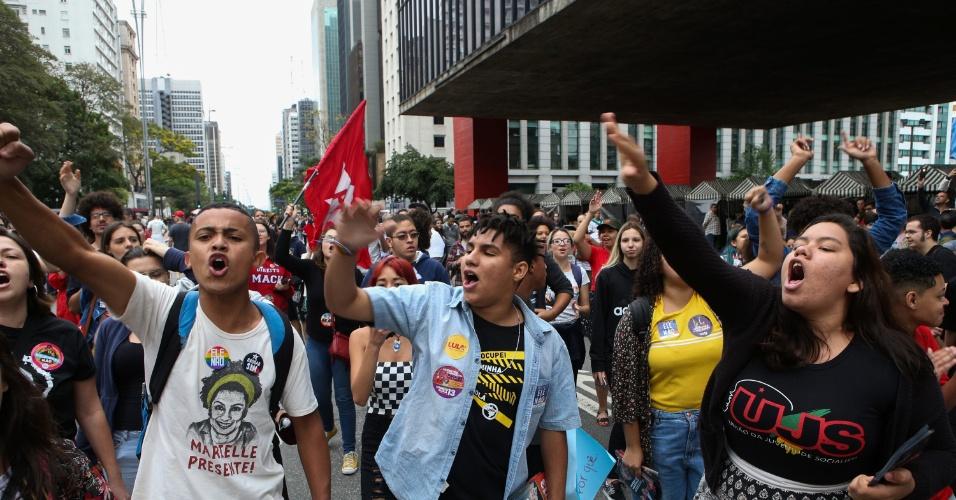 14.ou.2018 - Também na avenida Paulista, jovens  se manifestam a favor do candidato à presidência Fernando Haddad (PT). Um deles usa camiseta com a estampa da vereadora asssassinada Marielle Franco (PSOL)