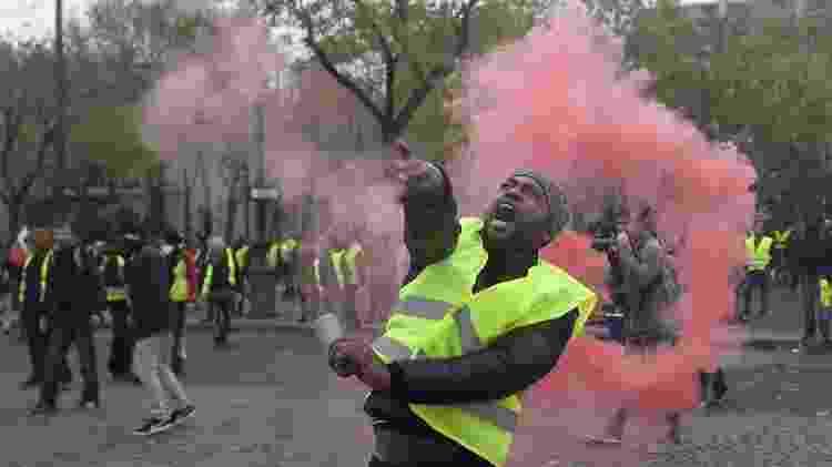 Manifestante atira objeto contra policiais em protesto em Paris - Lucas BARIOULET/AFP - Lucas BARIOULET/AFP