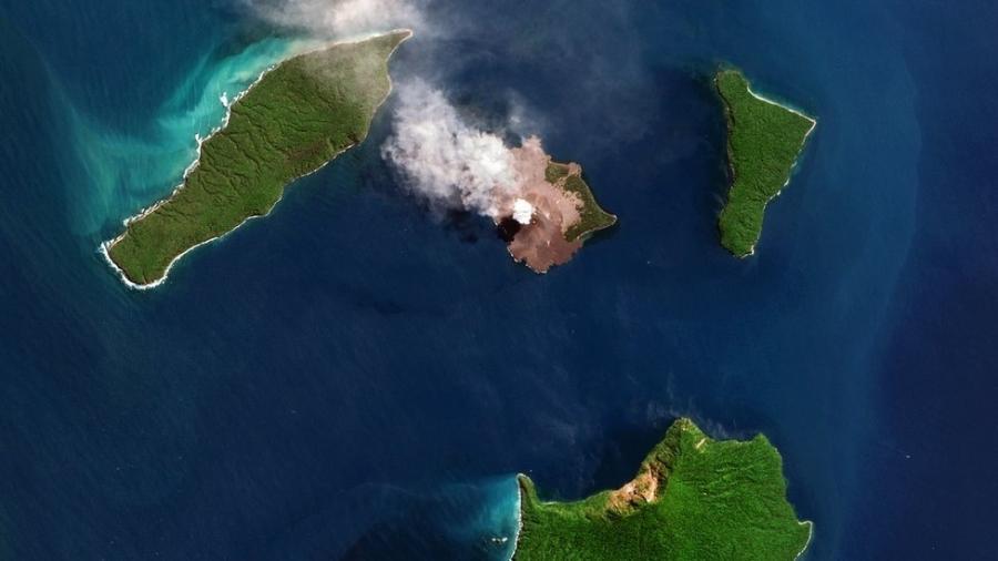 O vulcão Anak Krakatoa fica no meio do oceano, a noroeste da ilha de Java - Getty Images
