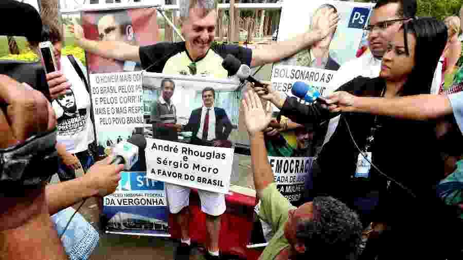 O comerciante Renato Bolsonaro, um dos irmãos do presidente eleito Jair Bolsonaro (PSL), sai para atender a imprensa e eleitores na Granja do Torto, em Brasília, nesta segunda-feira (31) - Ernesto Rodrigues/Estadão Conteúdo