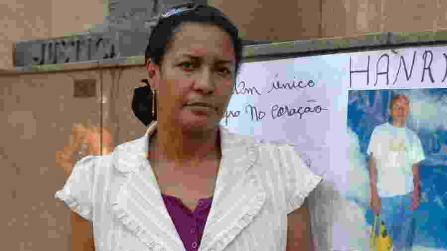 4.set.2008 - Márcia de Oliveira Jacintho, ao lado de foto do filho, Hanry Silva Gomes de Siqueira, que cursava o ensino médio e foi assassinado aos 16 anos, em 2002 - Paula Huven/Folhapress