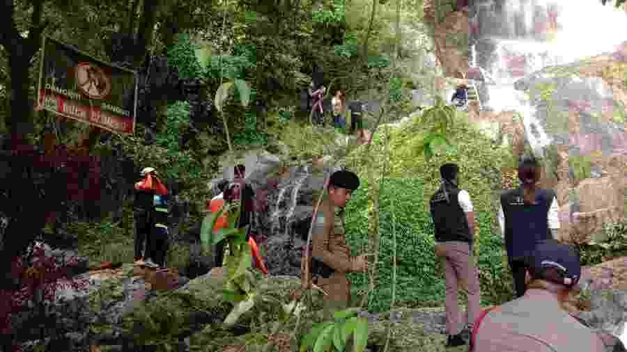 Equipes de resgate retiram o corpo de turista francês que morreu após cair de cascata enquanto tentava tirar uma selfie - Na Mueang Rescue Unit Koh Samui Municipality/AFP