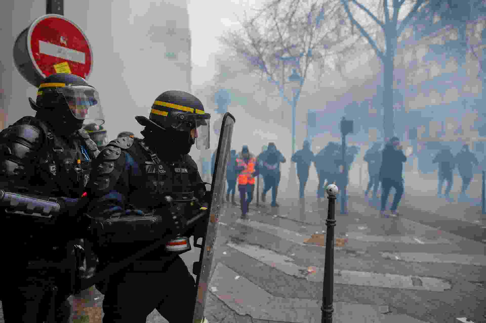 05.dez.2019 - Greve geral na França teve confronto com a polícia, que usou bombas de gás - REUTERS/Christian Hartmann