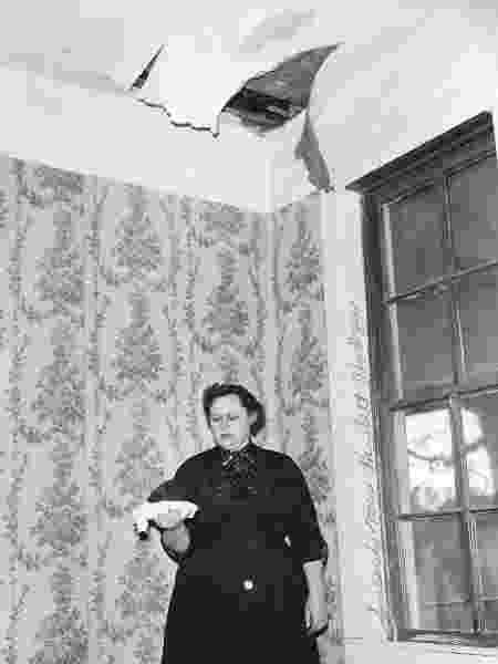 Ann Hodges segurando o meteorito que atravessou o teto de sua casa e a atingiu em seguida - UNIVERSITY OF ALABAMA MUSEUMS/TUSCALOOSA/ALABAMA