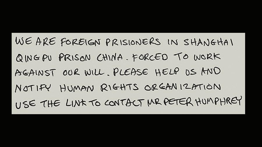 Bilhete encontrado por menina de 6 anos em um cartão de Natal das lojas Tesco. No bilhete, trabalhadores da China pedem ajuda - Reprodução/The Sunday Times