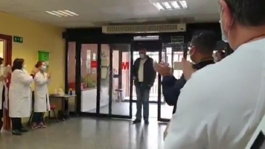 Homem que leva pacientes gratuitamente a hospital recebe aplausos  - Reprodução/El Periódico