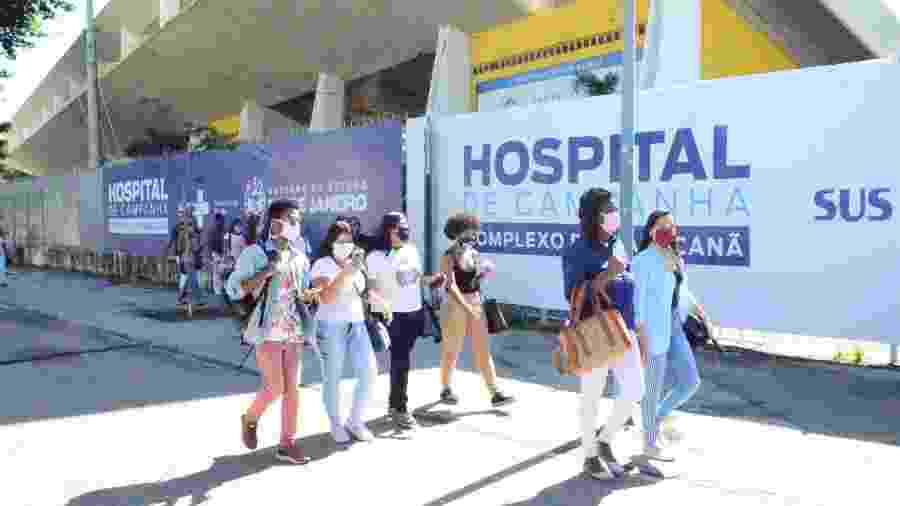 Funcionários chegam para trabalhar no hospital do Maracanã, que está sendo esvaziado hoje - Marcos Vidal/Futura Press/Estadão Conteúdo