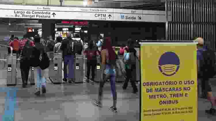 Acesso do Metrô para a estação Brás da CPTM cheio, às 18h20, no primeiro dia de rodízio de veículos ampliado na Capital - Marcelo Oliveira/UOL - Marcelo Oliveira/UOL