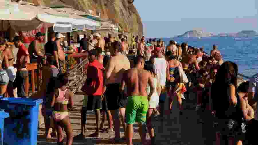 Movimentação intensa de banhistas na praia do Leme, zona sul do Rio de Janeiro, neste domingo (21), em meio à pandemia do Coronavírus - ELLAN LUSTOSA/ESTADÃO CONTEÚDO