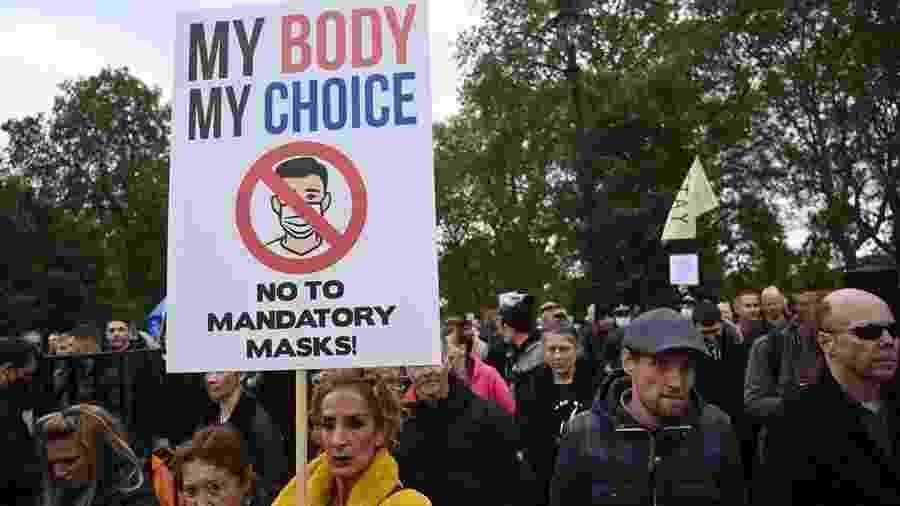 17.out.2020 - Manifestantes protestam contra o uso obrigatório de máscaras e contra o lockdown em Londres, no Reino Unido - EFE/EPA/NEIL HALL
