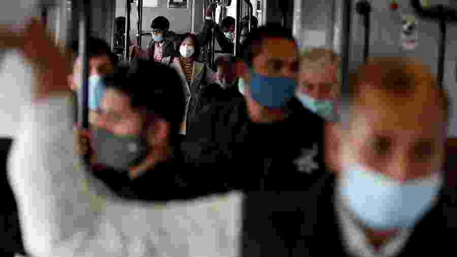 Passageiros utilizando máscaras faciais de proteção viajam em um bonde enquanto a Itália adota novas restrições com o objetivo de conter o aumento das infecções pela covid-19 em Roma, Itália - Guglielmo Mangiapane/Reuters