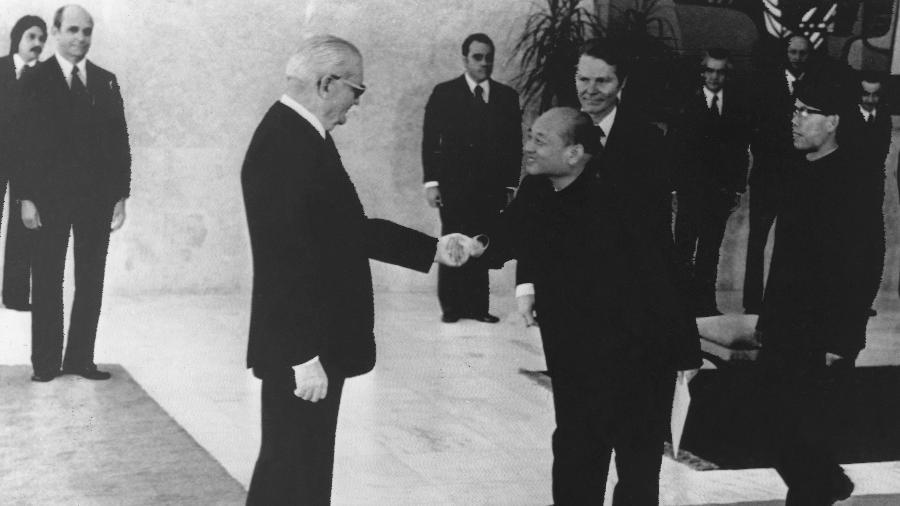 O presidente Ernesto Geisel (ao centro) durante encontro com o embaixador chinês em Brasília, em 1975 - Alencar Monteiro - 19.mai.1975/Estadão Conteúdo