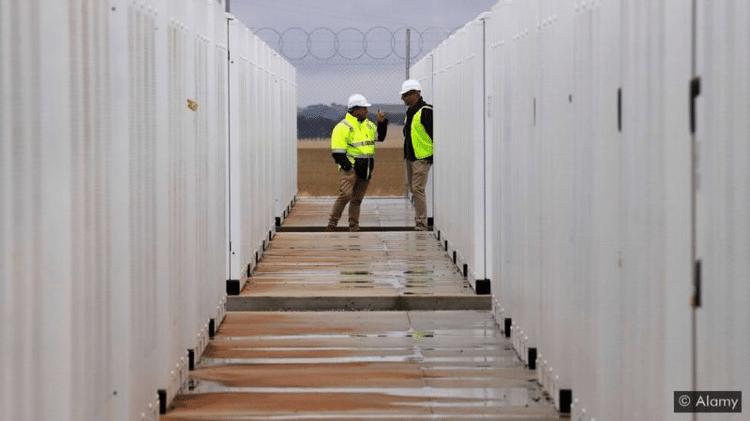 O preço das baterias de íon-lítio despencou nos últimos anos ? e a previsão é que caia ainda mais, tornando as baterias maiores mais viáveis - Alamy - Alamy