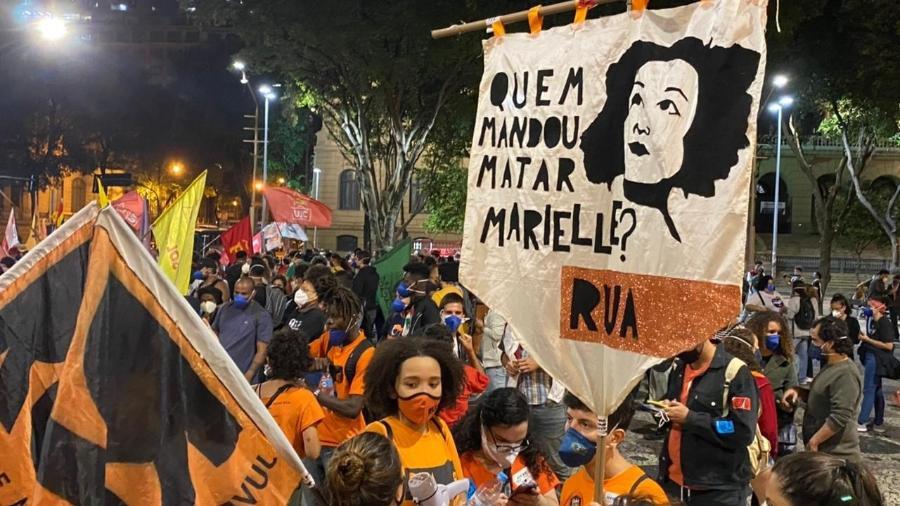 13.mai.2021 - Ato em frente ao Theatro Municipal, no Rio, lembra o assassinato da vereadora Marielle Franco - Herculano Barreto Filho/UOL