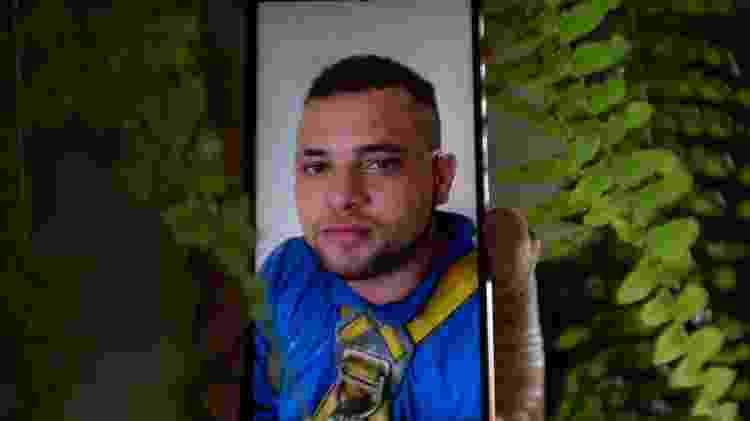 Parente segura celular com foto de Francisco Wanderson Soares de Lima, o Nem, um dos seis desaparecidos na fazenda Promissão, em União do Sul (MT) - José Medeiros - José Medeiros