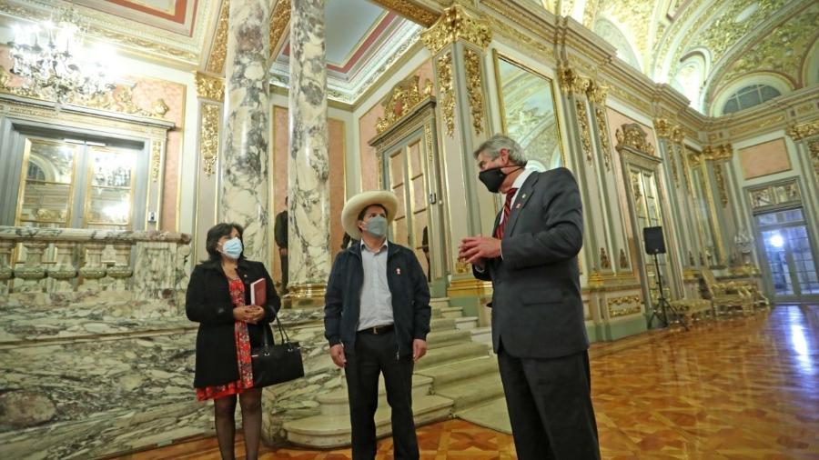 O presidente eleito do Peru, Pedro Castillo, e o atual interino no cargo, Francisco Sagasti, no Palácio do Governo de Lima - Reprodução/Twitter @PedroCastilloTe