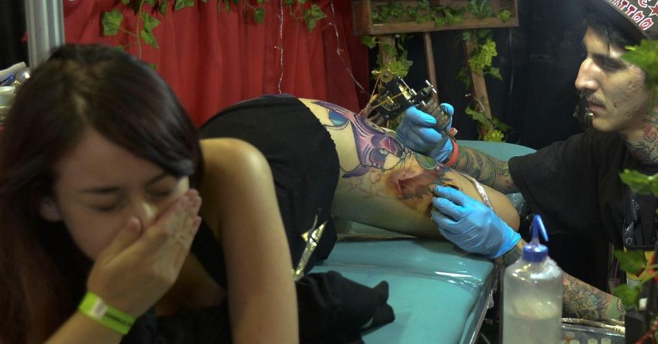 21.jun.2015 - Tatuador trabalha em estúdio durante a mostra da sexta edição da Expotattoo (Convenção Internacional de Tatuagem), que ocorre neste fim de semana em Medellín, na Colômbia