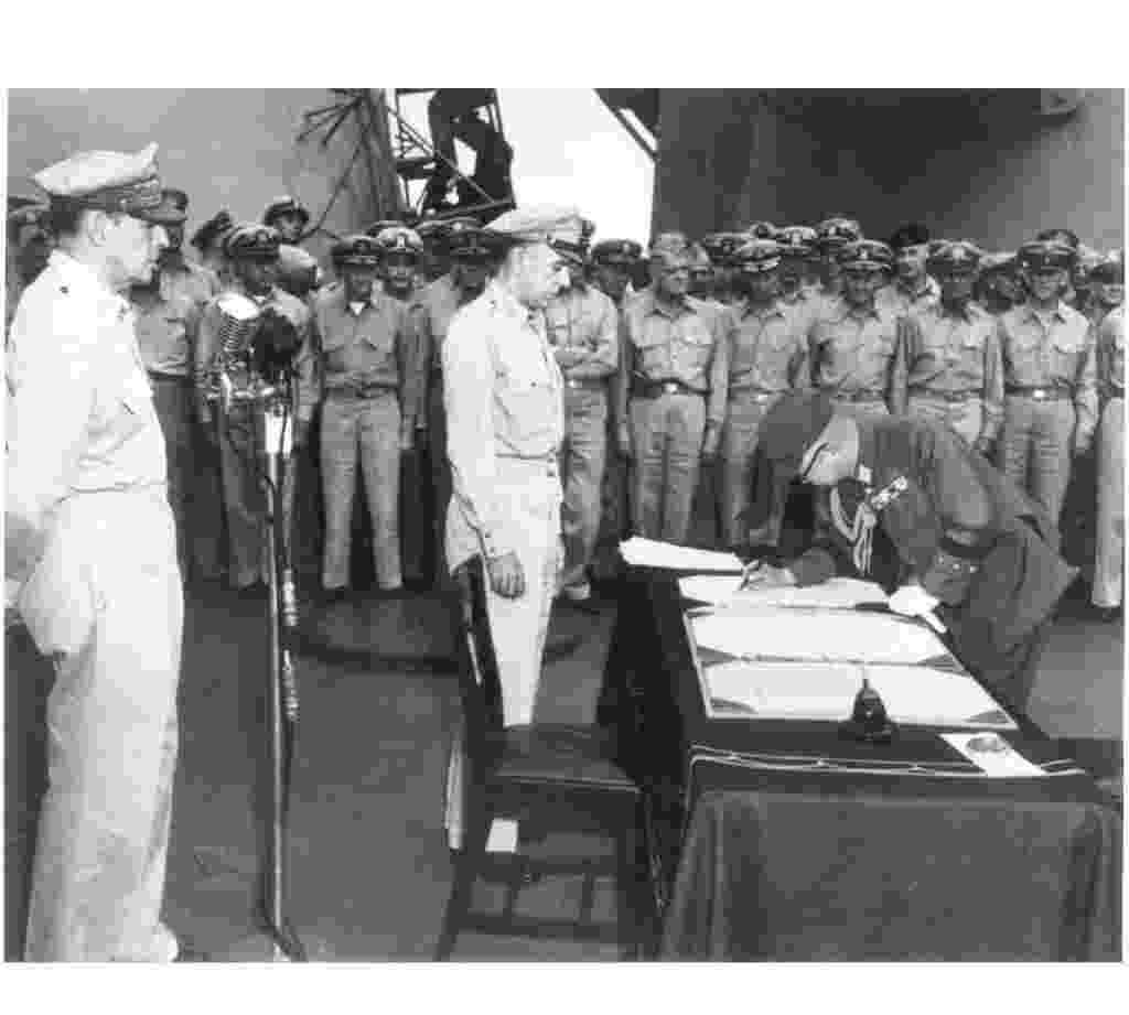 29.jul.2015 - Oficiais norte-americanos observam o general japonês Yoshijiro Umezo assinar a rendição do país na Segunda Guerra Mundial, em 1º de setembro de 1945, a bordo do USS Missouri, na baía de Tóquio. Após os ataques contra Hiroshima e Nagasaki, com bombas nucleares, o imperador Hiroíto não só aceitou como propôs a rendição incondicional diante da ameaça dos Estados Unidos. Segundo historiadores americanos, o alto-comando dos EUA ameaçou atacar Tóquio caso o Japão não se rendesse - Reuters