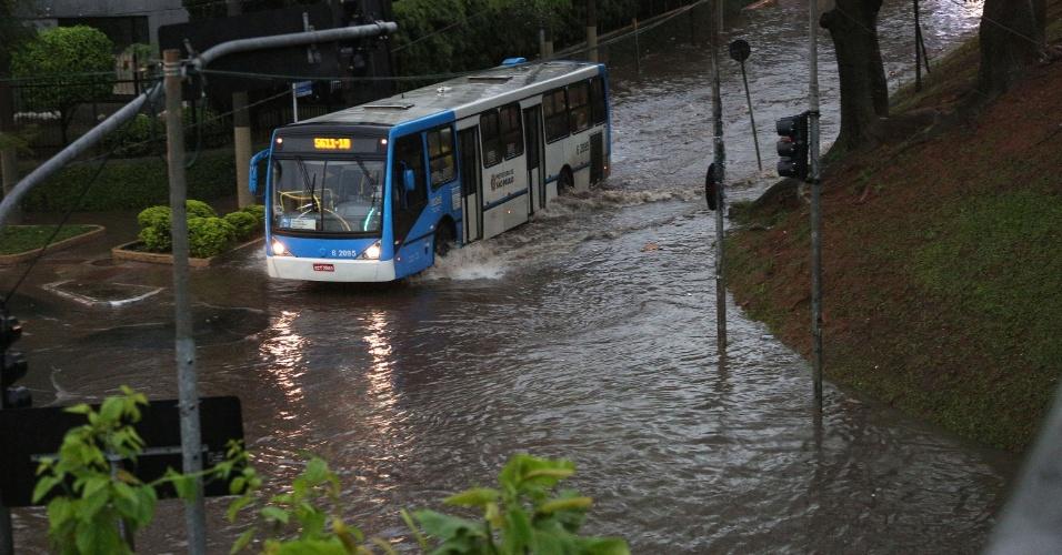 8.set.2015 - Ônibus passa por área alagada na região do viaduto Pedro de Toledo, na Vila Clementino em São Paulo (SP)