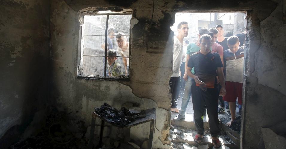 4.out.2015 - Palestinos inspecionam o estrago causado por militares israelenses a uma casa em Jenin, na Cisjordânia ocupada, durante um ataque do exército