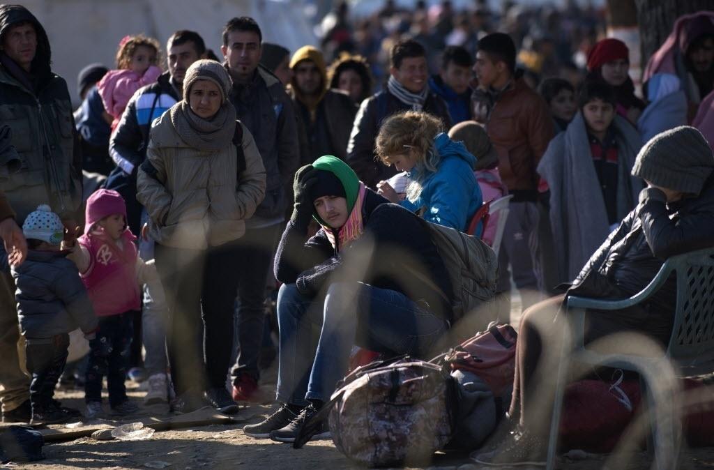 1º.nov.2015 - Refugiados descansam após cruzarem a fronteira da Grécia com a Macedônia, próximo a Gevgelija, na Macedônia