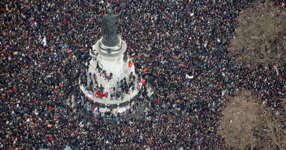 """11.jan.2015 - Pessoas na """"Marche Republicaine"""" na Praça da República em Paris, em homenagem às 17 vítimas de ação terrorista, iniciada no jornal satírico Charlie Hebdo, na França"""