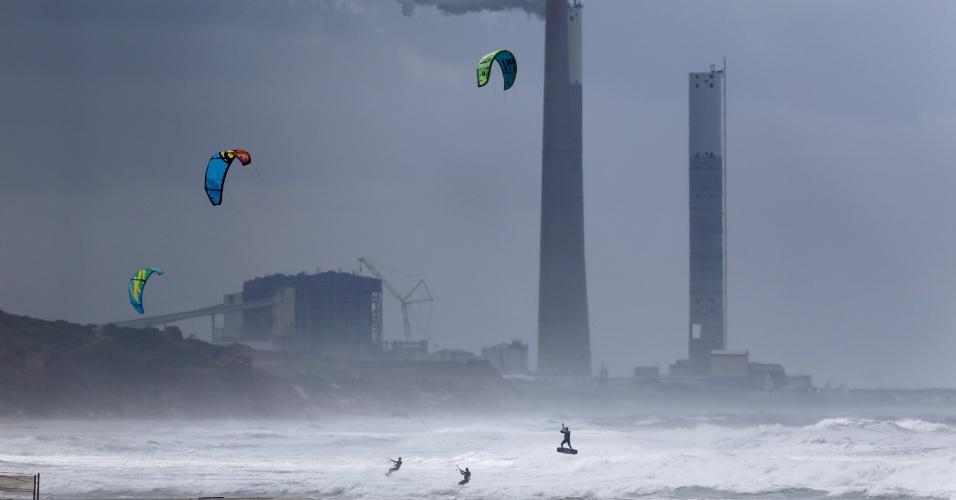 1º.jan.2016 - A tempestade que se anunciava não impediu a prática de kitesurf no mar Mediterrâneo no primeiro dia do ano, na cidade de Ashkelon, ao sul de Israel