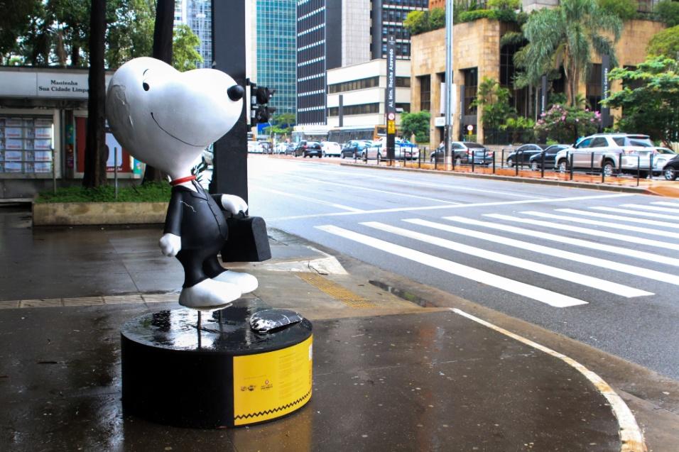 11.jan.2016 - Estátua do personagem Snoopy tem orelhas arrancadas em frente ao parque Trianon, na avenida Paulista, em São Paulo. Dez estátuas do personagem foram espalhadas em uma exposição pela cidade
