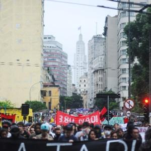 Manifestantes seguem em passeata pela rua Líbero Badaró, no centro de São Paulo, durante o terceiro ato do MPL