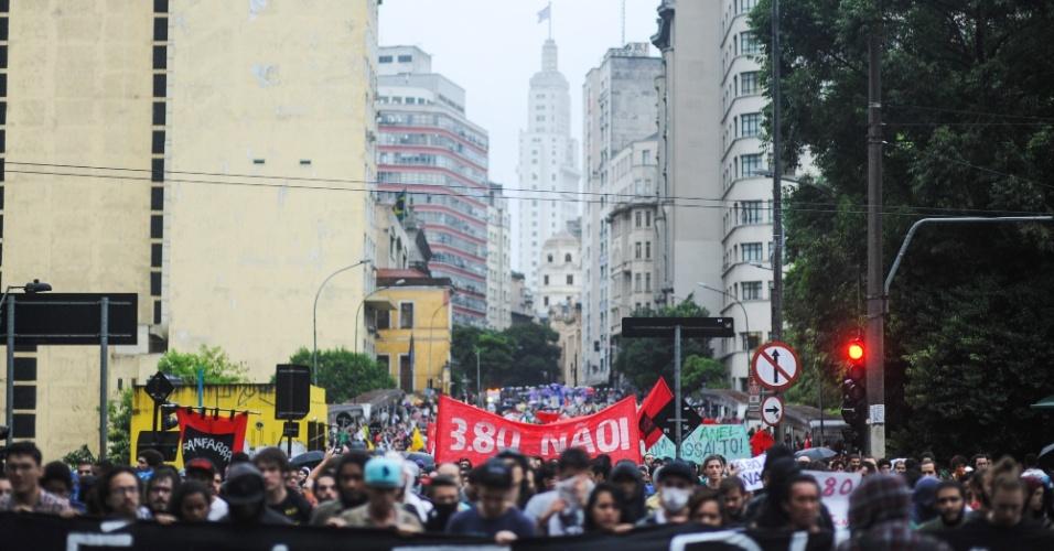 14.jan.2016 - Manifestantes seguem em passeata pela rua Líbero Badaró, no centro de São Paulo, durante o terceiro ato do MPL (Movimento Passe Livre) contra o aumento da tarifa do transporte público. No último sábado (9), as tarifas de ônibus, metrô e trem subiram de R $ 3,50 para R$ 3,80, um aumento de 8,6%