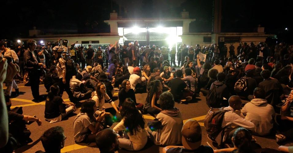19.jan.2016 - Manifestantes chegam ao Palácio dos Bandeirantes, sede do Governo de São Paulo, na zona sul da capital paulista. Um dos atos do MPL (Movimento Passe Livre) tinha como destino o local - não houve violência em nenhum momento dos dois trajetos