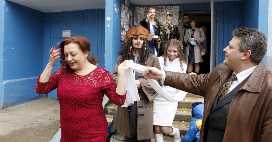 5.fev.2016 - Convidados chegam para o casamento de German Yesakov, 25, e Anastasiya, 18. Yesakov é o rapaz vestido como o capitão de Jack Sparrow, personagem da franquia cinematográfica Piratas do Caribe. Ele escolheu esse traje para se casar com a amada, na cidade russa de Stavropol, e nem foi por causa do Carnaval