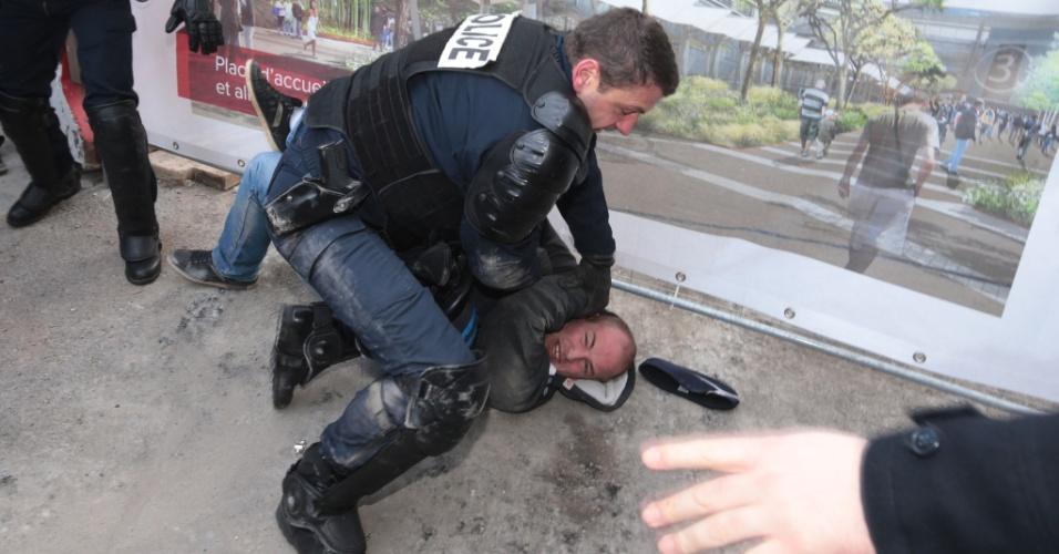 27.fev.2016 - Policial francês detém um manifestante durante a abertura da Feira da Agricultura, em Paris. O presidente do país, Francois Hollande, foi vaiado no primeiro dia do evento, diante da crise enfrentada pelo setor