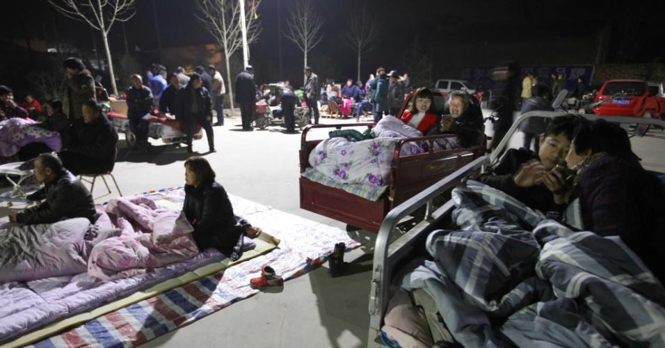 13.mar.2016 - Moradores da cidade de Yuncheng, no norte da China, passaram a noite fora de suas casas devido a um tremor de terra de magnitude 4,4 sentido na região. Não há registro de danos ou vítimas devido ao abalo