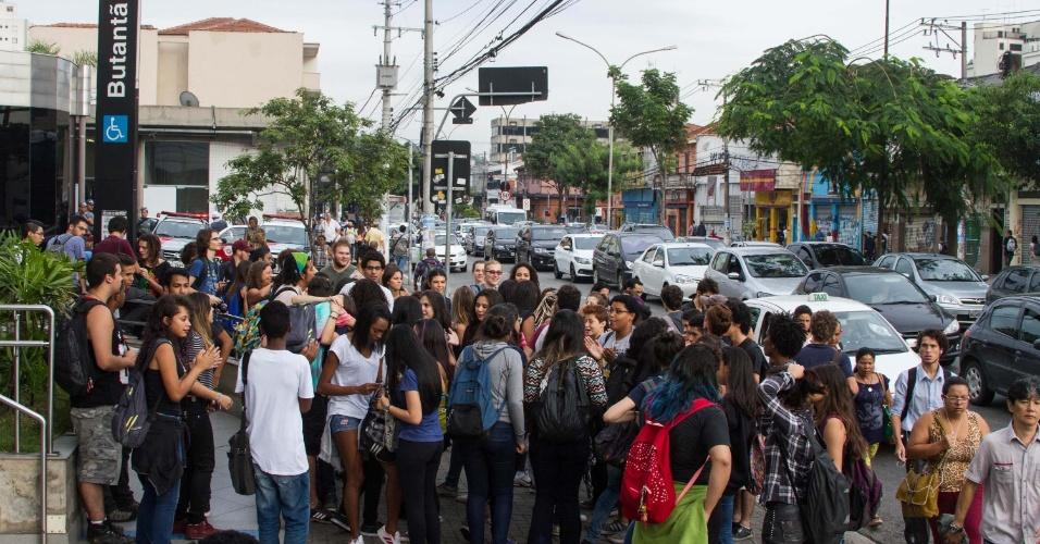 22.mar.2016 - Estudantes realizam ato contra o fechamento de salas na rede estadual e contra a 'máfia da merenda'. A concentração ocorreu por volta das 8h na estação Butantã, na linha 4-amarela do metrô, na zona oeste de São Paulo