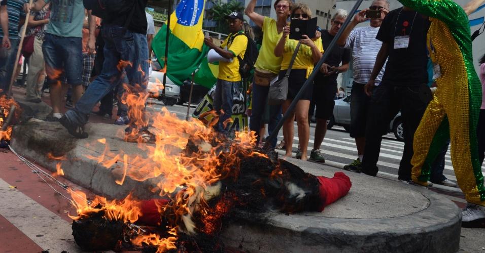 26.mar.2016 - Na malhação de Judas, bonecos com referência ao ex-presidente Lula (PT) e à presidente Dilma Rousseff (PT) são incendiados na avenida Paulista, em São Paulo. Malhação de Judas no local em que pequeno grupo faz protestos contra o governo teve o PT como alvo