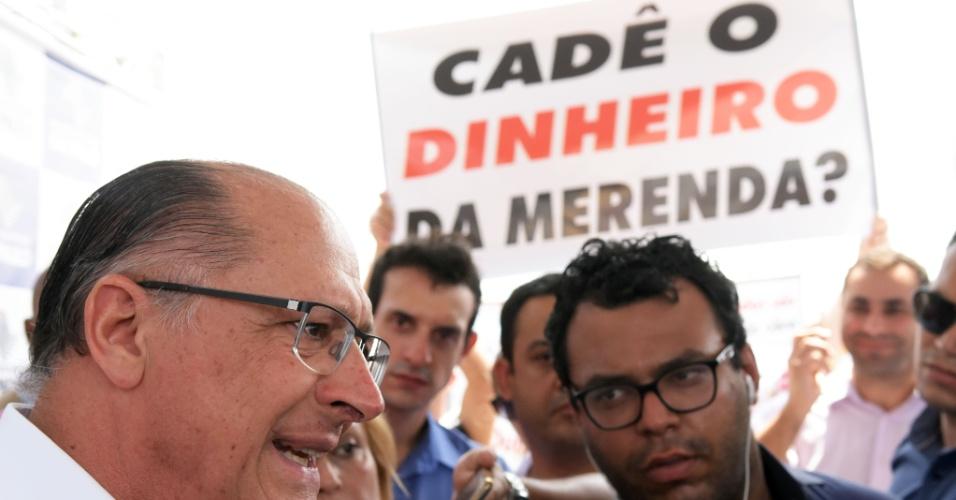 29.mar.2016 - Grupo faz protesto contra os desvios na merenda escolar durante visita do governador Geraldo Alckmin às obras da linha 13 da CPTM, que fará a ligação entre São Paulo e o aeroporto de Guarulhos