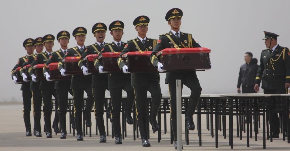 31.mar.2016 - Em Shenyang, guardas de honra da China carregam caixões contendo restos mortais de soldados chineses mortos durante a Guerra da Coreia (1950-1953). Depois de mais de 60 anos os restos mortais voltarão para casa