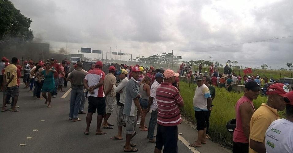 15.abr.2016 - Manifestantes interditam várias rodovias de Pernambuco nesta sexta-feira (15). O protesto é contra o impeachment da presidente Dilma Rousseff. Segundo o MST (Movimento dos Trabalhadores Rurais Sem Terra), foram bloqueadas a BR 101, BR 232, BR 316, PE 041. Houve conflito com a polícia na cidade de Glória do Goitá