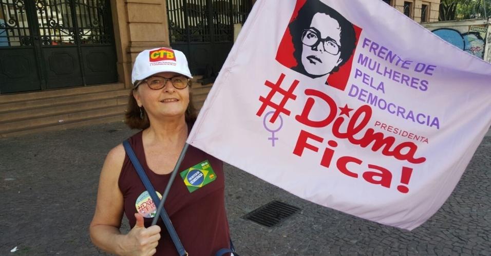 17.abr.2016 - A analista de sistemas Maria Cláudia Santana, 62, acredita que está em curso um golpe contra a presidente Dilma Rousseff. Ela participa de protesto no Vale do Anhangabaú, em São Paulo