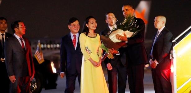Obama desembarca no aeroporto de Hanói, no Vietnã, neste domingo - Carlos Barria/Reuters
