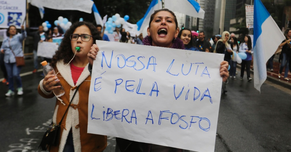 4.jun.2016 - Manifestantes ocupam a avenida Paulista, em São Paulo, em ato contra a suspensão da comercialização da fosfoetanolamina sintética, conhecida como pílula do câncer. No último dia 19 de maio, os ministros do STF (Supremo Tribunal Federal) decidiram liminarmente (de forma provisória) suspender a lei que liberava o uso da substância. O uso tinha sido autorizado por uma lei aprovada no Congresso Nacional e sancionada pela presidente afastada Dilma Rousseff em abril