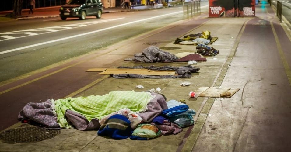 14.jun.2016 - Moradores de rua dormem em calçada na zona central de São Paulo. Quem encontrar uma pessoa precisando de ajuda pode ligar para a Central de Atendimento Permanente e de Emergência da Prefeitura, que funciona 24 horas por dia. O telefone é 156. Equipes da Secretaria de Assistência e Desenvolvimento Social vão convidar essas pessoas a irem para abrigos. A população também pode ajudar doando roupas, sapatos, agasalhos e cobertores. Há diversos pontos de coleta espalhados pela cidade. No site da Campanha do Agasalho do governo estadual é possível descobrir o local mais próximo digitando o CEP da residência