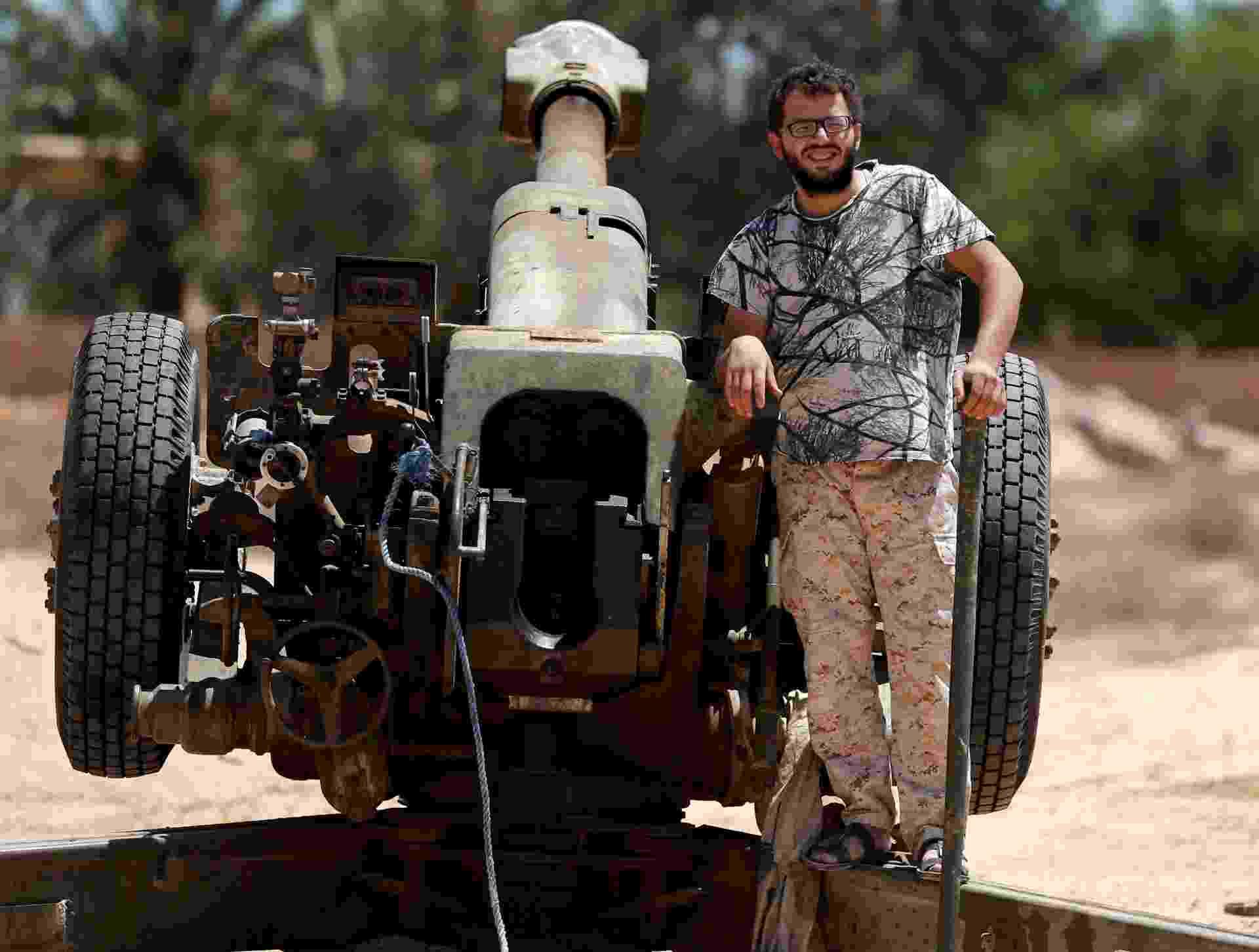 29.jul.2016 - Militares enfrentam grupo Estado Islâmico, na Líbia. A batalha teve início no começo de maio, e dezenas de atiradores treinados estão espalhados em pontos estratégicos para retomar o poder na cidade de Sirte. O bombardeiro já soma 25 mortos e mais de 200 feridos - Goran Tomasevic/Reuters